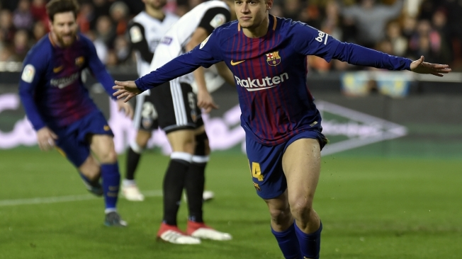 Barcelona's Brazilian midfielder Philippe Coutinho celebrates a goal during the Spanish 'Copa del Rey' (King's cup) second leg semi-final football match between Valencia CF and FC Barcelona at the Mestalla stadium in Valencia on February 8, 2018. / AFP PHOTO / JOSE JORDAN
