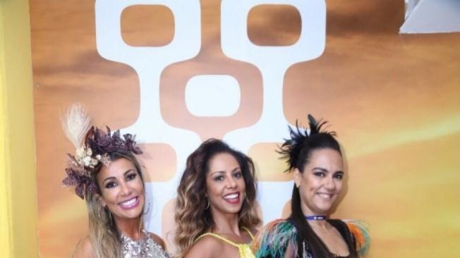 Dil Melo e Rudimila Borges, anfitri�s do Club Arpoador, posam com a musa Val�ria Valenssa
