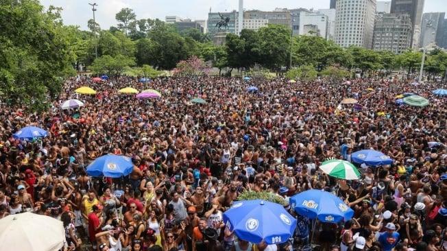 Multidão toma o Aterro do Flamengo no desfile do Monobloco