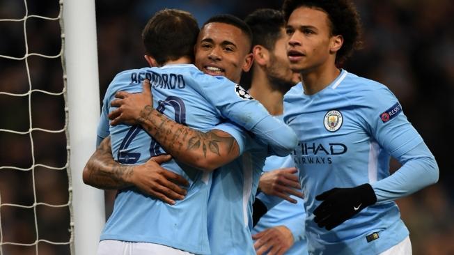 Gabriel Jesus (C) comemora o gol com Bernardo e Leroy Sané (D)