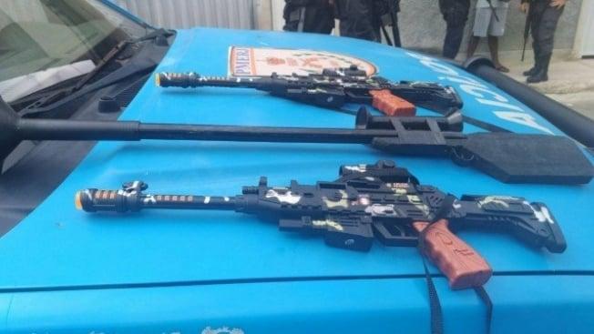 Coletes e fuzis falsos apreendidos por PMs após o Exército sair