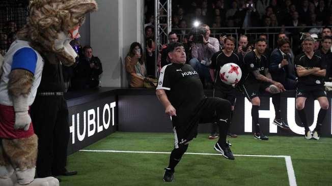 Maradona faz embaixadinha em evento: 'N�o conhe�o Sampaoli'