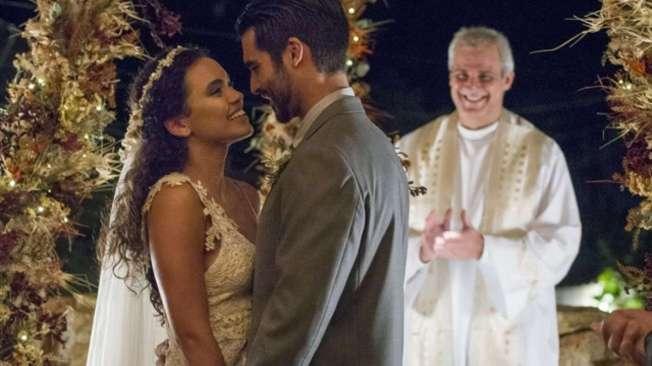Cleo e Xod� s�o s� alegria no casamento, celebrado em Pedra Santa