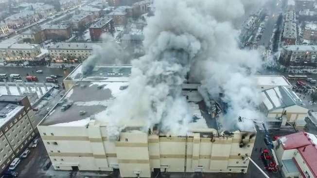Fogo come�ou no terceiro andar e derrubou o teto do shopping