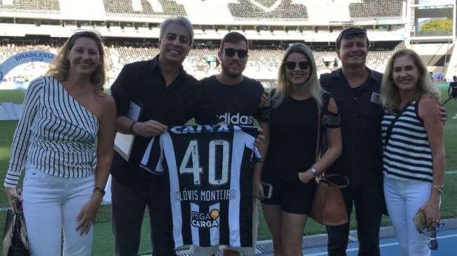 Cl�vis Monteiro ganha do presidente Nelson Mufarrej uma camisa personalizada do Botafogo