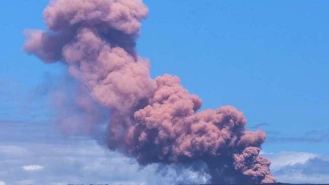 Coluna de fuma�a emerge sobre o vulc�o Kilauea ap�s erup��o