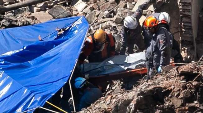 Bombeiros encontram corpo sob os escombros do edif�cio que desabou no centro de S�o Paulo