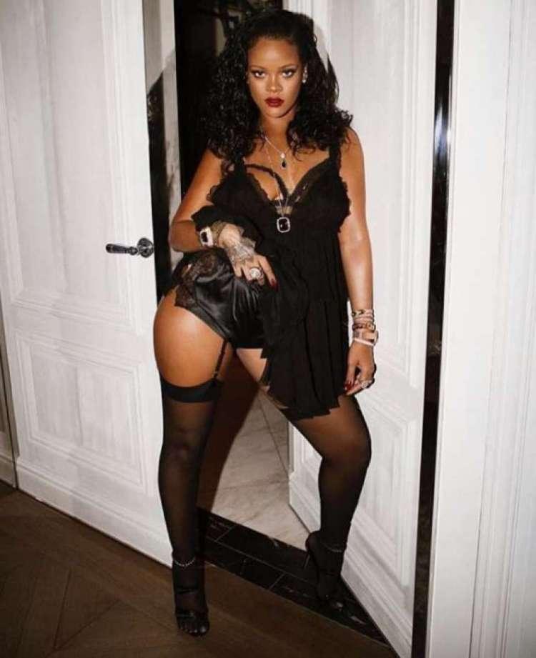 Rihanna lança coleção de lingerie