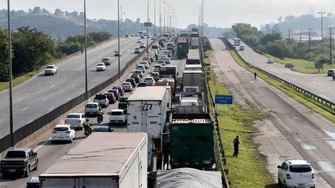 Paralisa��o dos caminhoneiros na Rodovia Presidente Dutra, no Rio de Janeiro.Foto T�nia R�go/Ag�ncia Brasil