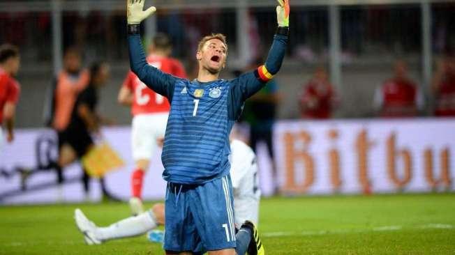 Germany's goalkeeper Manuel Neuer reacts after conceding the second Austrian goal during the international friendly footbal match Austria v Germany in Klagenfurt, Austria, on June 2, 2018. / AFP PHOTO / VLADIMIR SIMICEK