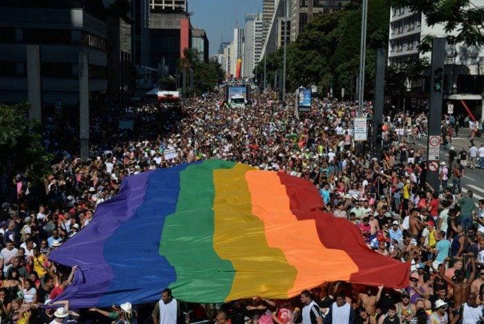 Clínica interrompe serviço de cura gay após denúncias. Na foto, a Parada Gay de SP