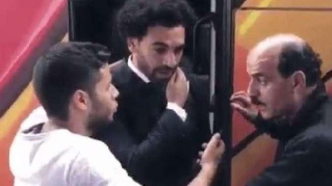 F� bota m�o no ombro de Salah