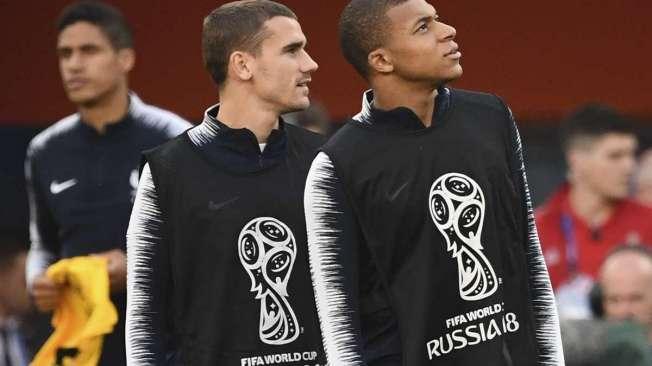 Griezmann (E) e Mbapp�: esperan�a de gols na Fran�a