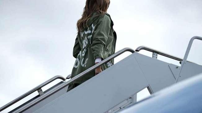 Melania Trump (� esquerda) embarca vestindo jaqueta da grife Zara