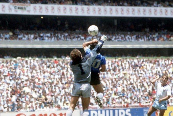 Maradona usa a mão para vencer Shilton, 20cm mais alto: um gol para a antologia das Copas do Mundo
