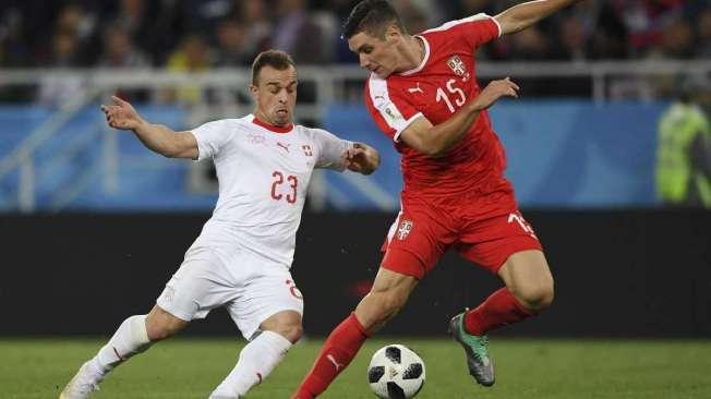 Autor do segundo gol da Su��a, Shaqiri (de branco) ensaia um drible sobre o zagueiro Milenkovic