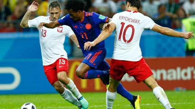 O colombiano Cuadrado passa pelos poloneses Krychowiak e Rybus. O meia teve grande atua��o