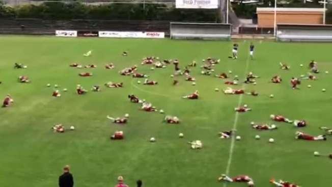 Um v�deo que est� viralizando na Internet mostra dezenas de crian�as num campo de futebol batendo bola. Em determinado momento, eles se jogam no ch�o, come�am a se contorcer de dores para imitar e zoar o craque brasileiro Neymar