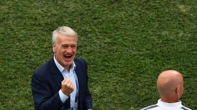 Normalmente comedido, o t�cnico Didier Deschamps comemorou muito a classifica��o francesa