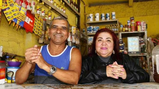 O casal Luiz Cl�udio e Fab�ola no comando do bar em Belford Roxo