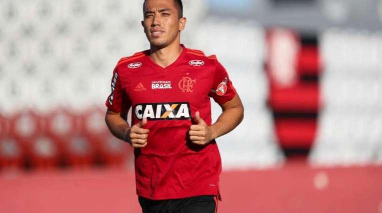 O colombiano Uribe fez ontem um treino leve com bola, no Ninho