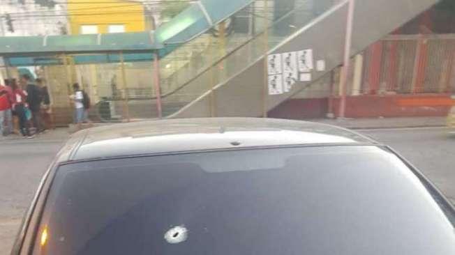 O tiro entrou pelo para-brisa do carro e atingiu um policial civil