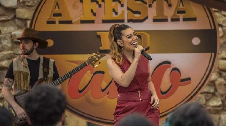 Naiara Azevedo aparece como ela mesma na novela e canta o sucesso '50 Reais' e uma m�sica nova