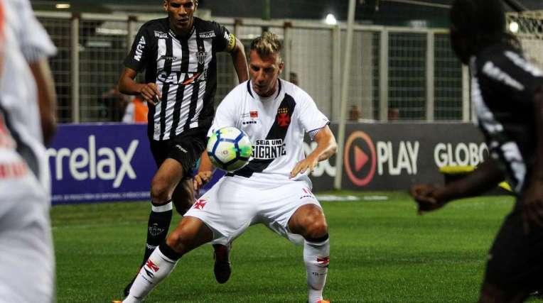O atacante Maxi L�pez, observado pelo zagueiro Leonardo Silva, fez seu melhor jogo pelo Vasco