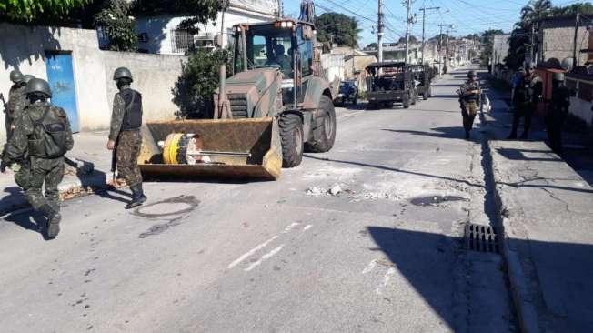 Retroescavadeiras da Engenharia do Ex�rcito fizeram a retirada de barricadas nos acessos �s comunidades