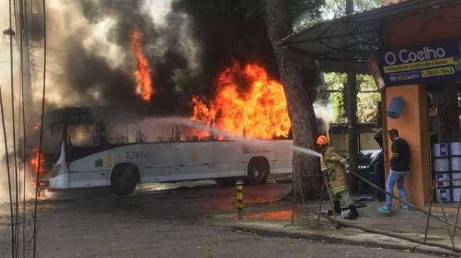 Grupo interceptou ônibus da linha 472 (Triagem-Leme) na Rua Dr. Garnier e ateou fogo. Ninguém se feriu