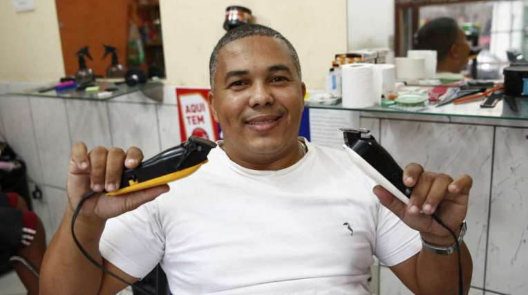 O barbeiro Davi vai fazer reparos na loja com o dinheiro do prêmio