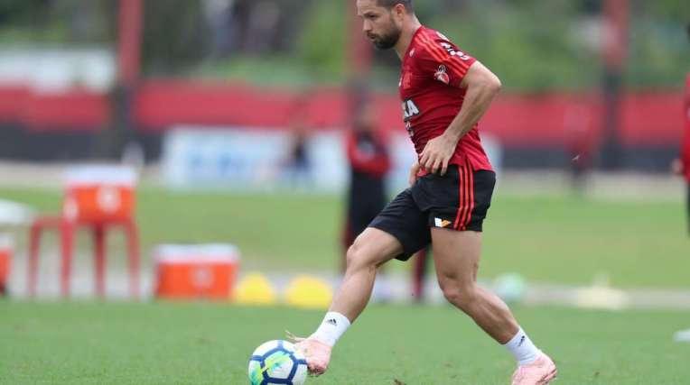 O meia Diego treina no Flamengo