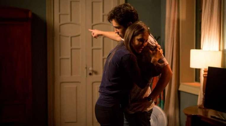 Valentim briga com Karola e a expulsa da casa da família Falcão