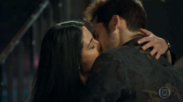 Waleska e Samuca se beijando, em