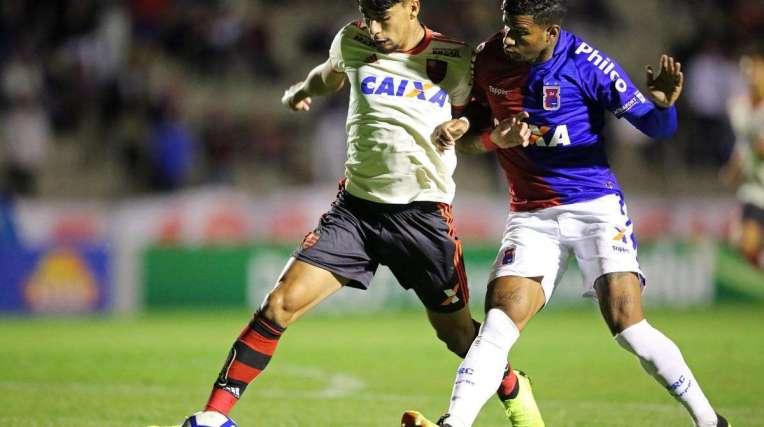 Lucas Paquetá encara a marcação do Paraná: o meia abriu o caminho para a goleada rubro-negra