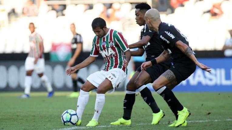 O meia equatoriano Sornoza protege a bola enquanto é marcado de perto por Elias e Fábio Santos