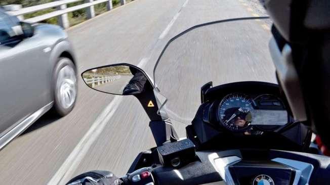 O sistema desenvolvido pela Continental funciona com sensores que monitoram a parte traseira e lateral da moto. O dispositivo trabalha como um radar, que avalia o trânsito