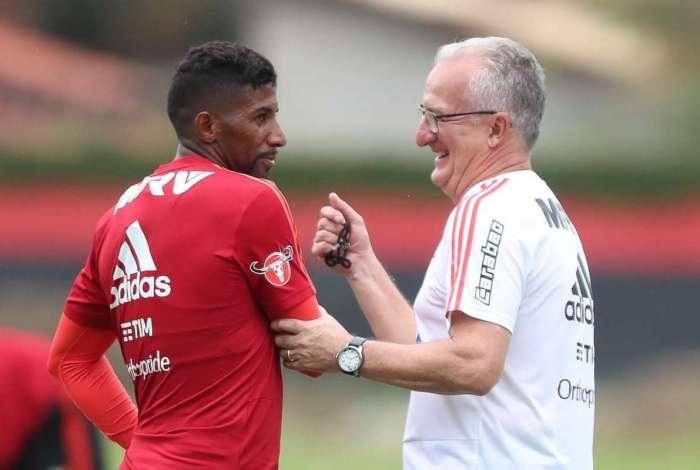 Rodinei e Dorival Júnior conversam antes do treino. Flamengo tem que fazer sua parte, disse o lateral