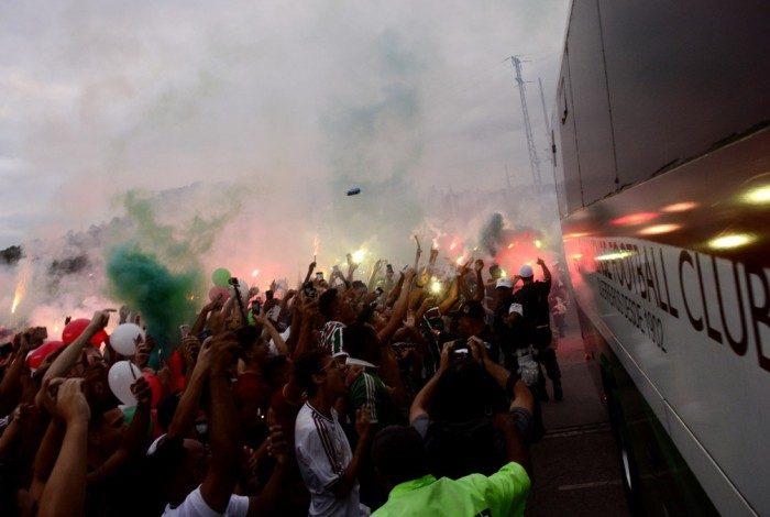 Torcida recepciona ônibus do Flu antes do jogo contra o Cuenca-EQU, no Maracanã, em 2018