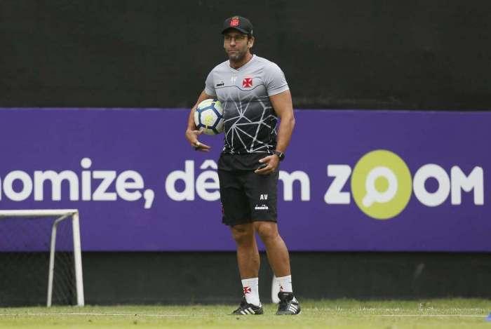 O técnico Alberto Valentim, sem sua dupla de zaga titular, optou por escalar Ricardo e Oswaldo Henríquez