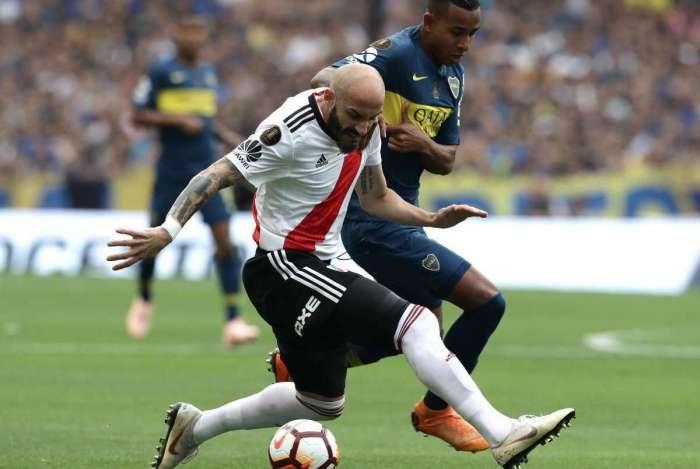 Javier Pinola (E), do River, é marcado por Sebastián Villa, do Boca. Jogo de volta será no dia 24