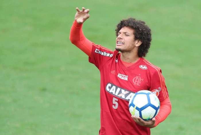 Willian Arão treina no Ninho do Urubu. Volante marcou o gol da vitória contra o Sport, domingo