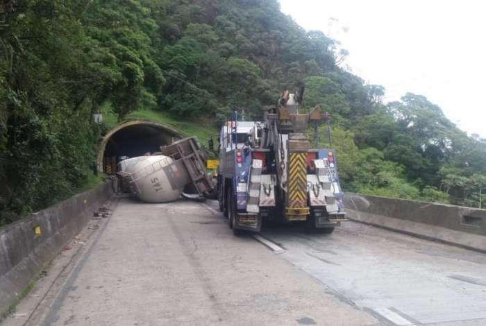 caminhão de cimento tomba e fecha a Rio-Petrópolis