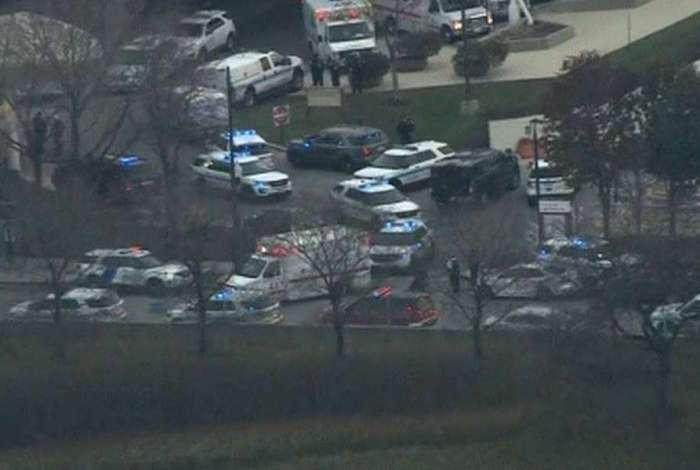 A polícia disse que o tiroteio teve início após o homem assassinar a namorada no estacionamento do hospital