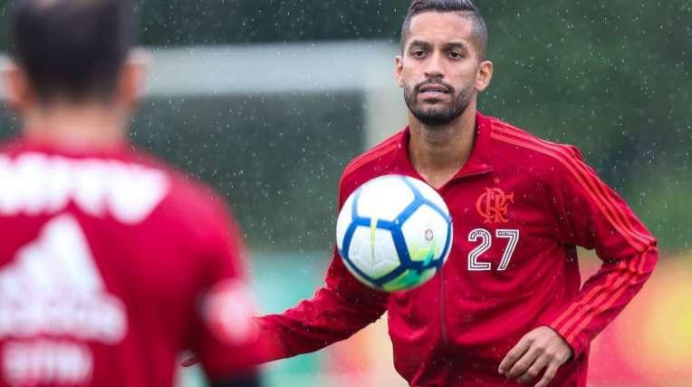 O volante Rômulo chegou em 2017, mas não vingou com a camisa do Flamengo e deve sair