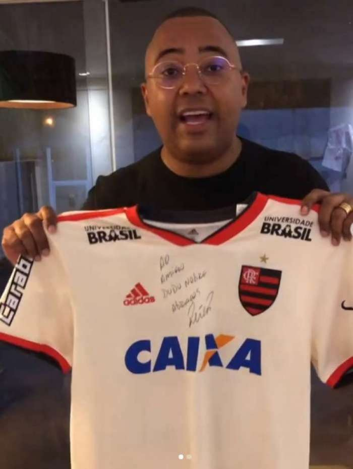 Cantor Dudu Nobre, torcedor do Flamengo