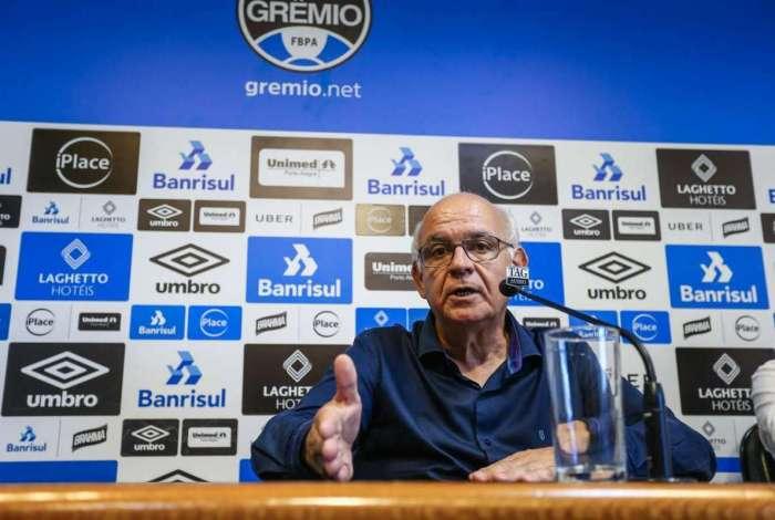 O presidente Romildo Bolzan anuncia a permanência de Renato