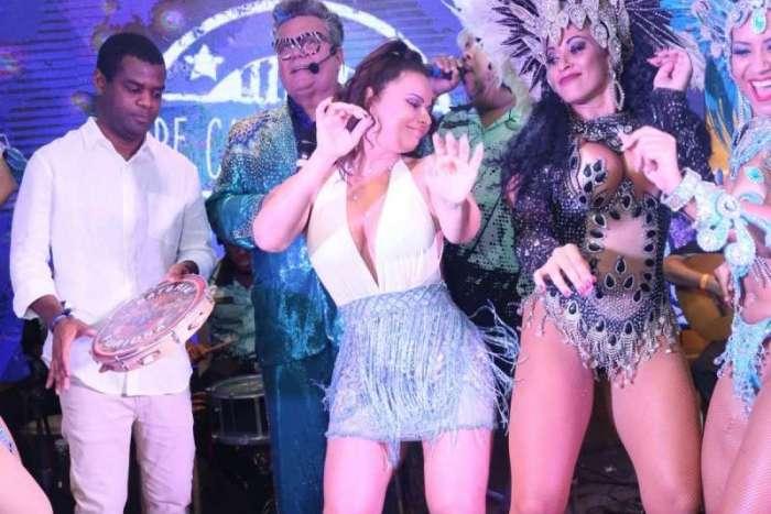 Viviane Araújo é coroada rainha do camarote por fã e samba até o chão