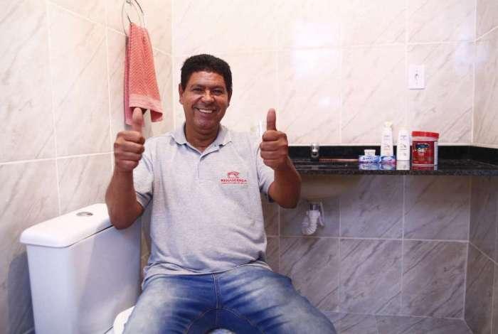 Carlos Roberto terminou a obra do banheiro com o dinheiro do prêmio