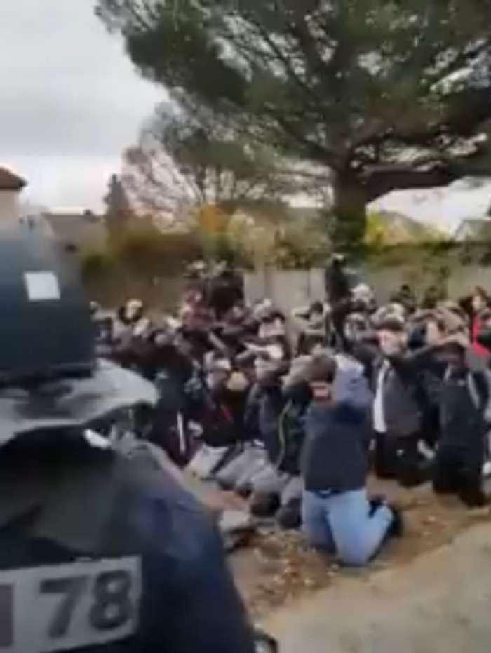 Estudantes ajoelhados por policiais